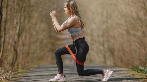 Упражнение с фитнес-резинкой. Фото Gustavo Fring: Pexels