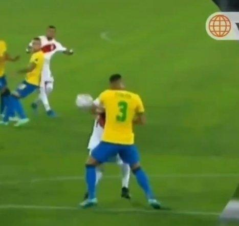 Тиагу Силва левой рукой парировал удар.