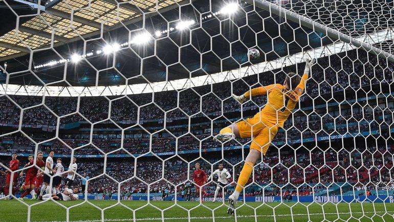 Джордан Пикфорд пропускает мяч вполуфинале Англия— Дания (2:1 д.в.) на «Уэмбли» вЛондоне 7июля. Фото AFP