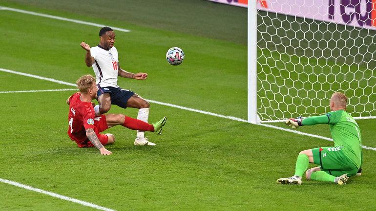 Автогол Симона Кьера вборьбе сРахимом Стерлингом вполуфинале Англия— Дания. Фото Reuters