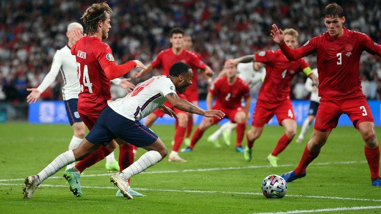 Падение Рахима Стерлинга, закоторое будет назначен пенальти, вполуфинале Англия— Дания. Фото Reuters