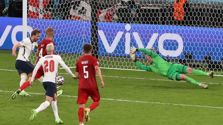 Каспер Шмейхель пропускает гол после отраженного пенальти иповторного удара Харри Кейна вполуфинале Англия— Дания. Фото AFP