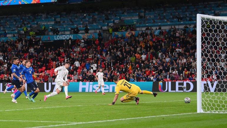Альваро Мората забивает ответный гол восновное время полуфинала Италия— Испания (1:1, 4-2) на «Уэмбли» вЛондоне 6июля. Фото AFP