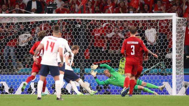 7июля. Лондон. Англия— Дания— 2:1. Харри Кейн забивает второй гол вворота датчан. Фото AFP