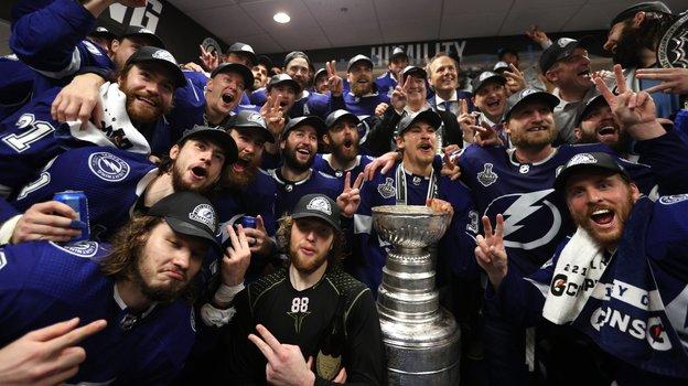 Хоккеисты «Тампа-Бэй» враздевалке сКубком Стэнли. Фото twitter.com/TBLightning