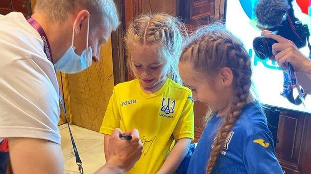 Александр Зинченко сблизняшками Марией иМиланой Гусак. Фото Instagram