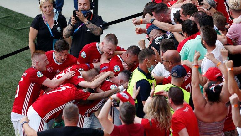 Футболисты сборной Венгрии вместе сболельщиками после гола вворота Франции. Фото AFP