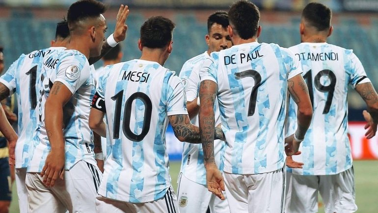 Лионель Месси с игроками сборной Аргентины. Фото Instagram