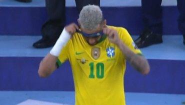 Неймар снял серебряную медаль Кубка Америки после поражения отАргентины