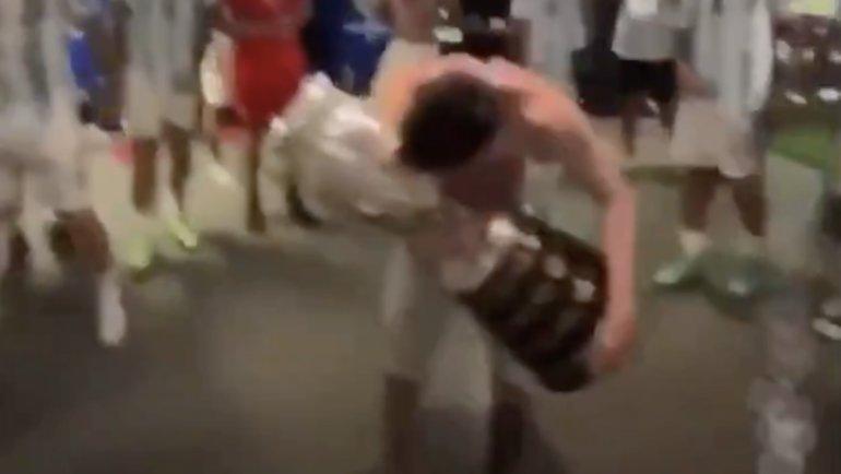 Лионель Месси танцует сКубком Америки враздевалке после победы.