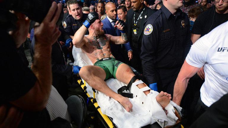 Конора Макгрегора уносят сринга наносилках. Онпроиграл техническим нокаутом Дастину Порье из-за перелома голеностопа натурнире UFC 264. Фото USA Today Sports