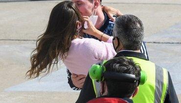 Страстный поцелуй Месси сженой после возвращения домой сКубком Америки