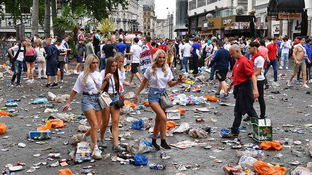 Англичане устроили вЛондоне ад: швыряют мусор ибутылки, прорываются на «Уэмбли» без билетов идерутся ситальянцами