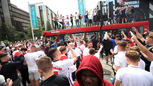 11июля. Лондон. Фанаты англичан перед финалом Евро. Фото Reuters