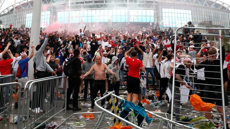 Болельщики у «Уэмбли». Фото Reuters