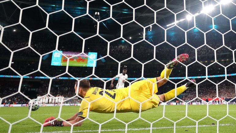 Джанлуиджи Доннарумма отразил решающий пенальти отБукайо Саки. Фото Reuters