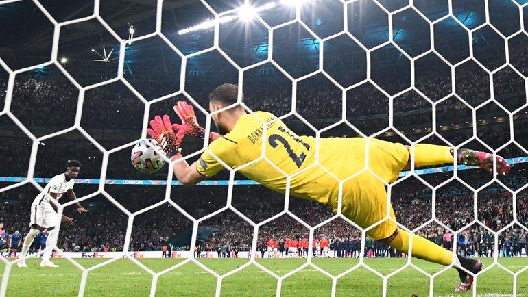 Джанлуиджи Доннарумма отражает решающий пенальти отБукайо Саки всерии финала Евро-2020 Италия— Англия на «Уэмбли» вЛондоне 11июля. Фото AFP