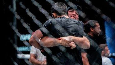 Хабиб Нурмагомедов обнимает Ислама Махачева после победы наUFC Vegas 31.