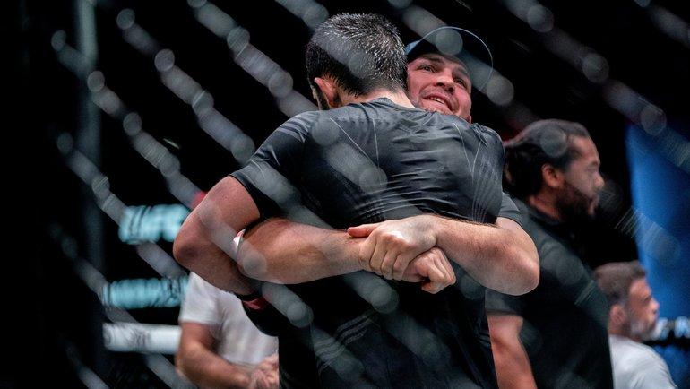 Хабиб Нурмагомедов обнимает Ислама Махачева после победы наUFC Vegas 31. Фото UFC, Twitter