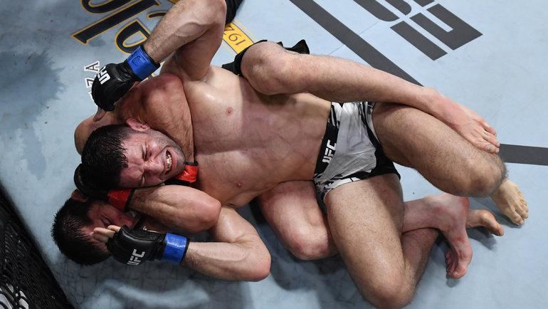 Ислам Махачев задушил Тьяго Мойзеса натурнире UFC Vegas 31. Фото UFC, Twitter
