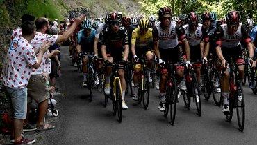 22-летний словенец Тадей Погачар (вжелтой майке) второй год подряд стал победителем «Тур деФранс». Фото AFP