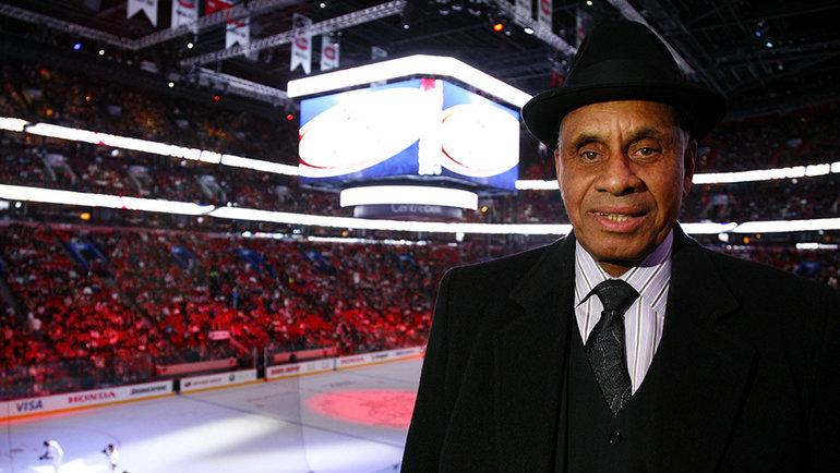 «Онназвал меня негром иударил поголове». Первый темнокожий игрок НХЛ был слепым наодин глаз искрывал это