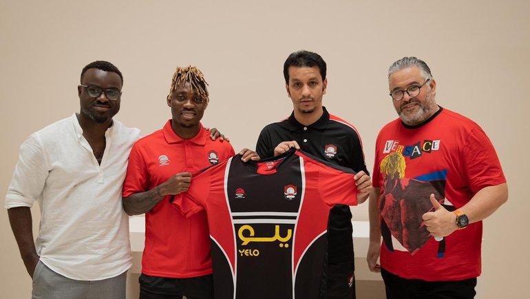 Кристиан Атсу (второй слева) подписал контракт с «Аль-Раедом». Фото Twitter