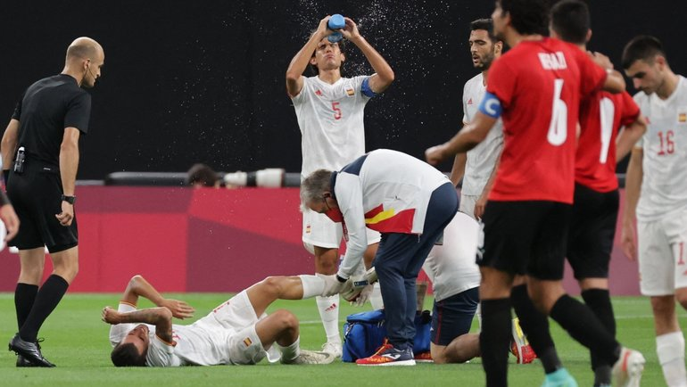 Врачи оказывают помощь полузащитнику сборной Испании Дани Себальосу. Фото Twitter