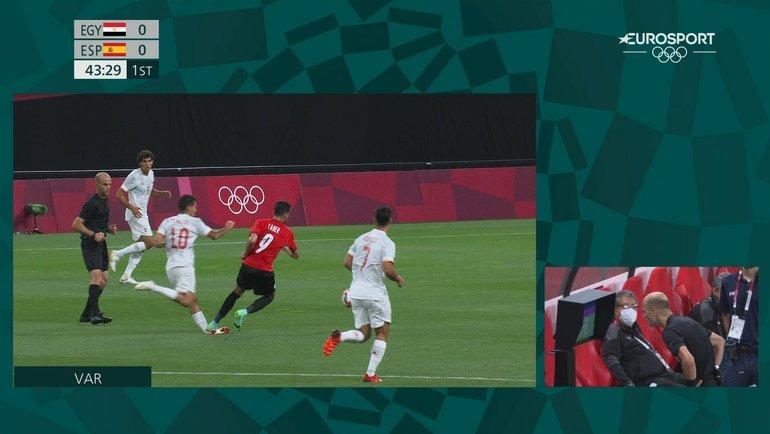 Форвард сборной Египта Мохамед Тахер наступает наголеностоп полузащитнику испанцев Дани Себальосу.