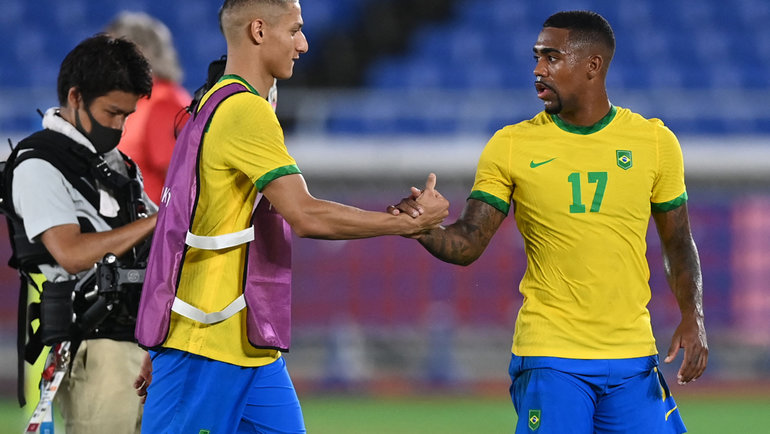 22июля. Йокогама. Бразилия— Германия— 4:2. Автор хет-трика вматче Ришарлисон (слева) ифутболист олимпийской сборной Бразилии ипитерского «Зенита» Малком после матча.