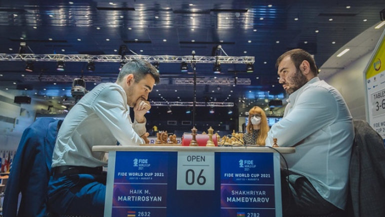 Шахрияр Мамедьяров (Азербайджан) уступил Айку Мартиросяну (Армения) первую партию врапид, авовторой несумел отыграться. Фото FIDE