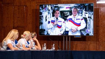 Женская гандбольная команда ОКР слушает космонавтов.