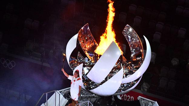 Знаменитая японская теннисистка Наоми Осака зажгла олимпийский огонь Игр вТокио.