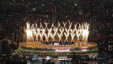 Фейерверк наОлимпийском стадионе вТокио вовремя церемонии открытия.