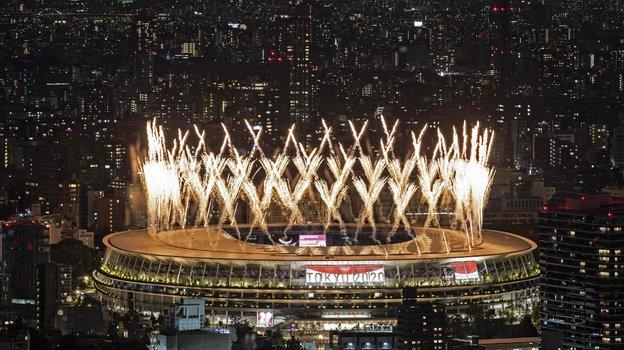 Фейерверк наОлимпийском стадионе вТокио вовремя церемонии открытия. Фото AFP