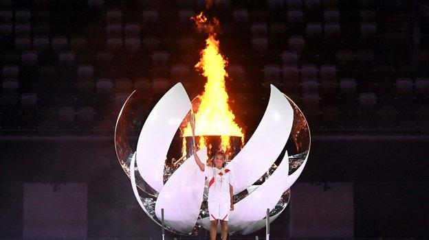 Наоми Осака учаши олимпийского огня. Фото AFP