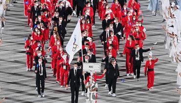 Олимпийские чемпионы Максим Михайлов иСофья Великая пронесли флаг сэмблемой ОКР нацеремонии открытия Игр.