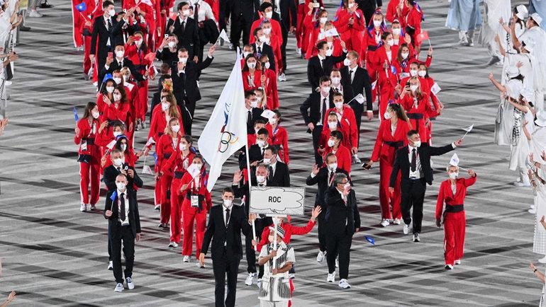 Олимпийские чемпионы Максим Михайлов иСофья Великая пронесли флаг сэмблемой ОКР нацеремонии открытия Игр. Фото AFP