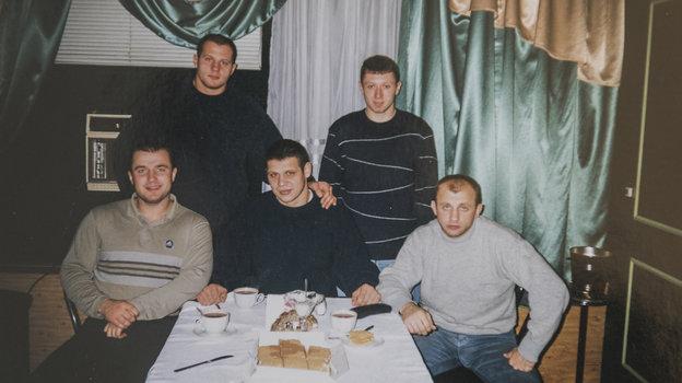 2000 год. Федор Емельяненко вкругу друзей вТуле. Фото изархива тренера Андрея Былдина