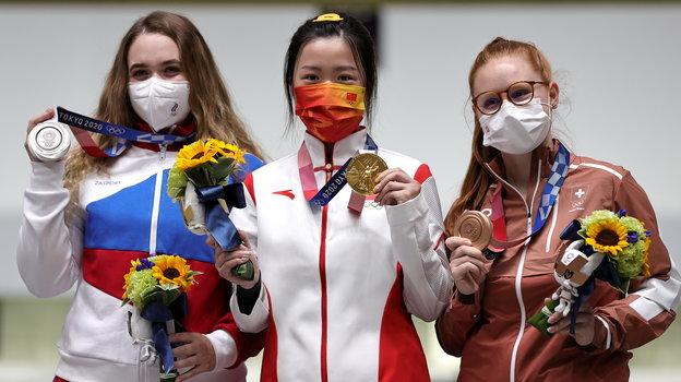 24июля. Токио. Анастасия Галашина (слева)— первая российская медалистка Олимпиады-2020. Фото Reuters