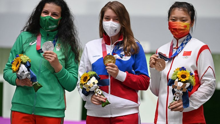 Виталина Бацарашкина (вцентре)— первая российская чемпионка Токио-2020. Фото AFP