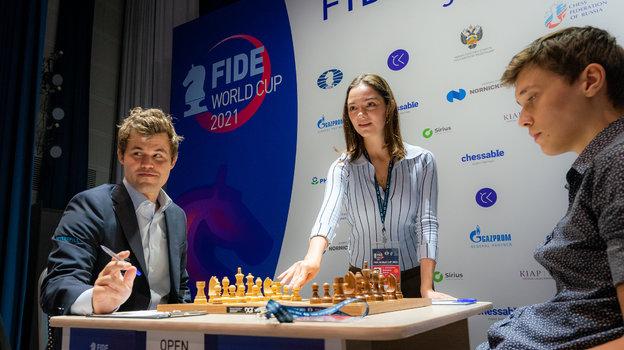 Магнус Карлсен, Евгения Медведева иАндрей Есипенко. Фото Эрик Розен / ФИДЕ