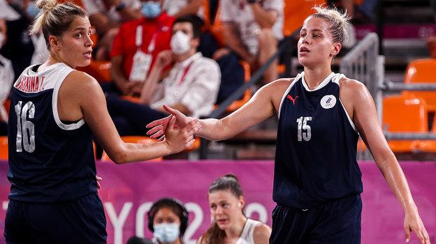 26июля. Токио. Россия— Франция— 14:17. Баскетболистки сборной России Евгения (слева) иОльга Фролкины.