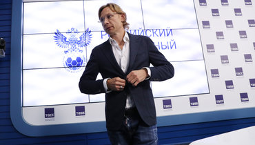 Новый главный тренер сборной России пофутболу Валерий Карпин вовремя пресс-конференции.