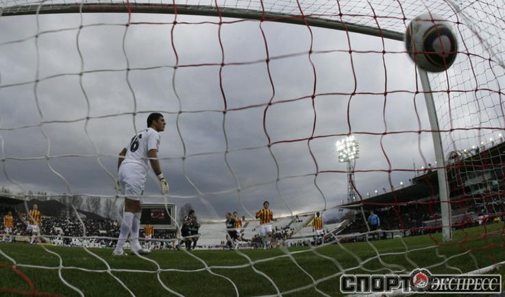 Алан Дзагоев забивает гол с пенальти.