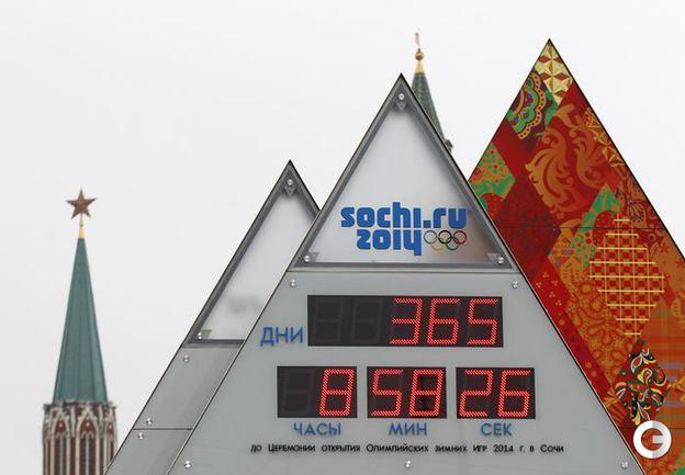 Электронные часы обратного отсчета времени до начала сочинской Олимпиады в Москве. Фото AFP.