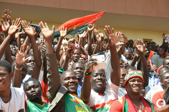 Болельщики Буркина-Фасо приветствуют свою сборную.