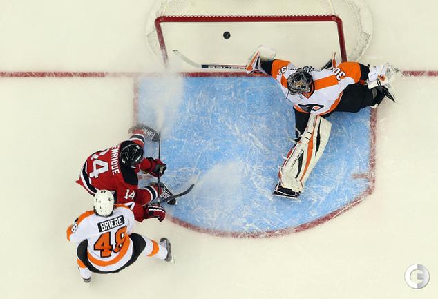 Илья БРЫЗГАЛОВ (справа) пропускает очередную шайбу. Фото AFP.
