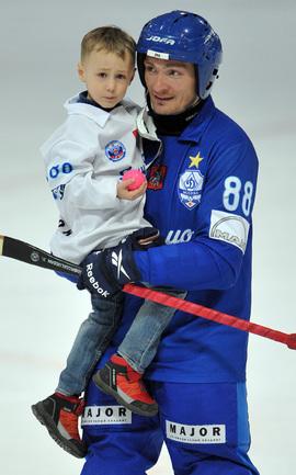 Динамовец Евгений Иванушкин с сыном.