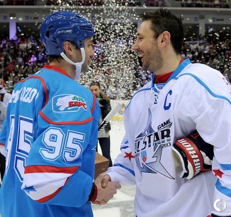 Капитаны команд на Матче звезд: Алексей МОРОЗОВ (слева) и Илья КОВАЛЬЧУК. Фото КХЛ.